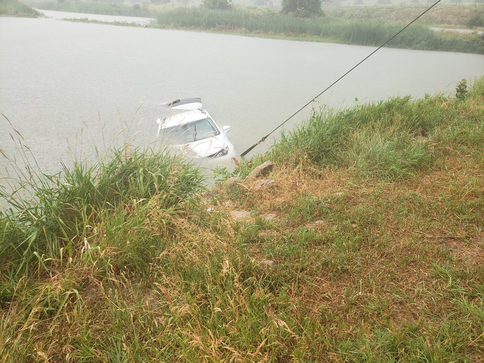 Oregon driver loses control of vehicle, drives into canal